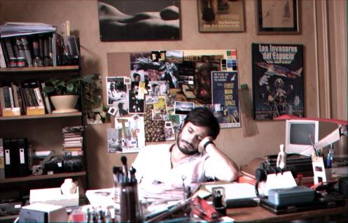 Manu Zapata_El cine (de estreno) fácil de leer_vivazapata.net_NO_Gael García Bernal en su despacho