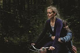 Bárbara en bici con la chica