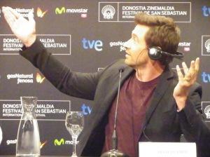 Hugh Jackman bromea con el traductor, australiano como él, en la rueda de prensa