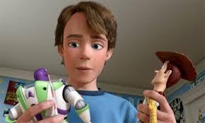el niño con sus dos juguetes