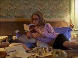 madre lee en la cama