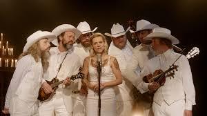 músicos y ella de blanco