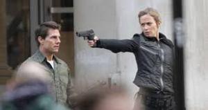 ella le apunta a tom a la cabeza