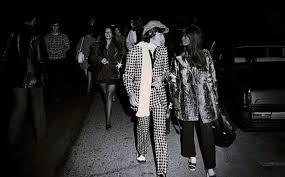 Mick Jagger con su corista b y n