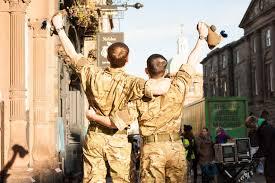 dos soldados por la calle de espaldas