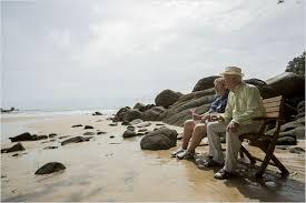 Sentados junto a la playa
