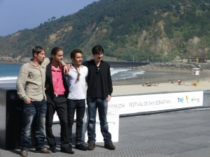 Los actores y los hermanos reales a los que interpretan en Vida Salvaje Foto: Manu Zapata