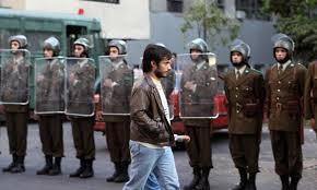 Manu Zapata_El cine (de estreno) fácil de leer_vivazapata.net_con la policía