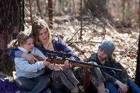 Manu Zapata_El cine (de estreno) fácil de leer_vivazapata.net_ Jennifer con sus hermanos y rifle