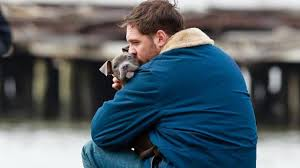Manu Zapata_El cine (de estreno) fácil de leer_vivazapata.net_Tom Hardy cariñoso con el perro