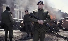 Manu Zapata_El cine (de estreno) fácil de leer_vivazapata.net_en Belfast con barricadas