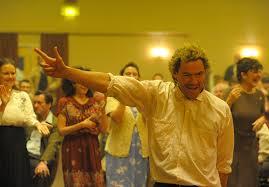 Manu Zapata_El cine (de estreno) fácil de leer_vivazapata.net_PRIDE baile Dominic West 2
