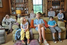 Manu Zapata_El cine (de estreno) fácil de leer_vivazapata.net_What we did on our Holiday_Nuestro último verano en Escocia_sentados en el salón