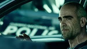 Manu Zapata_El cine (de estreno) fácil de leer_vivazapata.net_EL DESCONOCIDO_Luis Tosar policía detrás