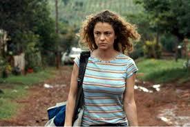 Manu Zapata_El cine (de estreno) fácil de leer_vivazapata.net_PAULINA_LA PATOTA_Dolores fonzi camina de frente