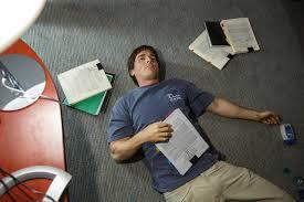 Manu Zapata_El cine (de estreno) fácil de leer_vivazapata.net_LA GRAN APUESTA_Christian Bale en el suelo