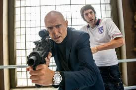 Manu Zapata_El cine (de estreno) fácil de leer_vivazapata.net_AGENTE CONTRAINTELIGENTE_Mark Strong y Sacha Baron Cohen francotirador