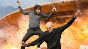 Manu Zapata_El cine (de estreno) fácil de leer_vivazapata.net_AGENTE CONTRAINTELIGENTE_Mark Strong y Sacha Baron Cohen por los aires