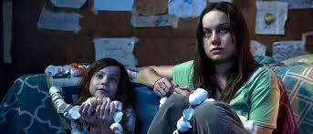 Manu Zapata_El cine (de estreno) fácil de leer_vivazapata.net_LA HABITACIÓN_ROOM_Brie Larson Jacob Tremblay con serpiente de huevos