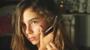 Manu Zapata_El cine (de estreno) fácil de leer_vivazapata.net_MUSTANG_la hermana pequeña se corta el pelo