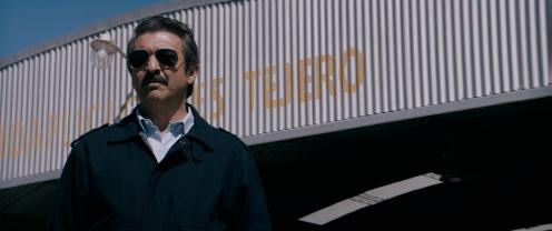 Manu Zapata_El cine (de estreno) fácil de leer_vivazapata.net_CAPITÁN KÓBLIC_Ricardo Darín ante el hangar