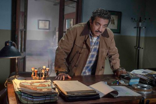 Manu Zapata_El cine (de estreno) fácil de leer_vivazapata.net_CAPITÁN KÓBLIC_Ricardo Darín ante la mesa del comisario