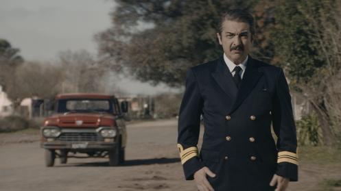 Manu Zapata_El cine (de estreno) fácil de leer_vivazapata.net_CAPITÁN KÓBLIC_Ricardo DArín de uniforme