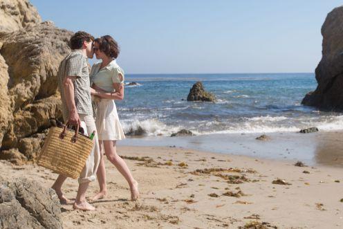 Manu Zapata_El cine (de estreno) fácil de leer_vivazapata.net_CAFÉ SOCIETY_Jesse Eisenberg y Kristen Stewart en la playa