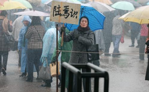 Manu Zapata_El cine (de estreno) fácil de leer_vivazapata.net_REGRESO A CASA_Gong Li cartel en mano