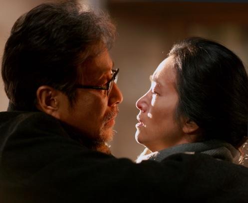 Manu Zapata_El cine (de estreno) fácil de leer_vivazapata.net_REGRESO A CASA_Gong Li y su marido, a punto de besarse