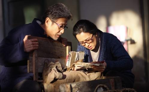 Manu Zapata_El cine (de estreno) fácil de leer_vivazapata.net_REGRESO A CASA_Gong Li y su marido con las cartas
