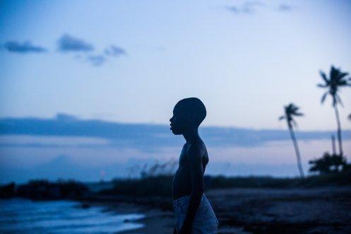 manu-zapata_el-cine-de-estreno-facil-de-leer_vivazapata-net_moonlight_el-chico-frente-al-mar-a-la-luz-de-la-luna