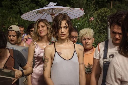 Manu Zapata_El cine (de estreno) fácil de leer_vivazapata.net_LOCAS DE ALEGRÍA_Valeria Bruni Tedeschi y Micaela Ramazzotti con las demás internas