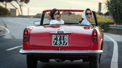 Manu Zapata_El cine (de estreno) fácil de leer_vivazapata.net_LOCAS DE ALEGRÍA_Valeria Bruni Tedeschi y Micaela Ramazzotti en el coche por detrás
