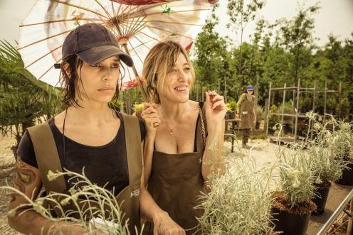 Manu Zapata_El cine (de estreno) fácil de leer_vivazapata.net_LOCAS DE ALEGRÍA_Valeria Bruni Tedeschi y Micaela Ramazzotti en el jardín