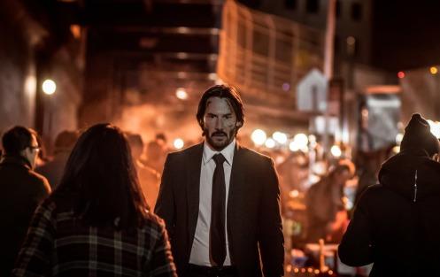 Manu Zapata_El cine (de estreno) fácil de leer_vivazapata.net_JOHN WICK PACTO DE SANGRE_Keanu Reeves entre la multitud