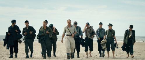 Manu Zapata_El cine (de estreno) fácil de leer_vivazapata.net_LAND OF MINE_Caminando por la playa