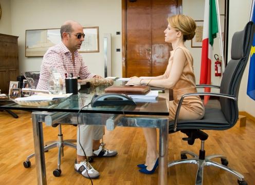 Manu Zapata_El cine (de estreno) fácil de leer_vivazapata.net_UN ITALIANO EN NORUEGA_Checco Zalone y Sonia Bergamasco despacho