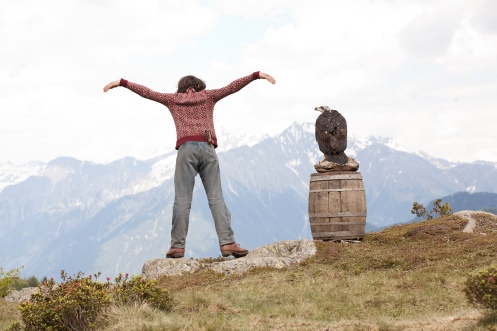 Manu Zapata_El cine (de estreno) fácil de leer_vivazapata.net_HERMANOS DEL VIENTO_Manuel Camacho mueve sus brazos como alas