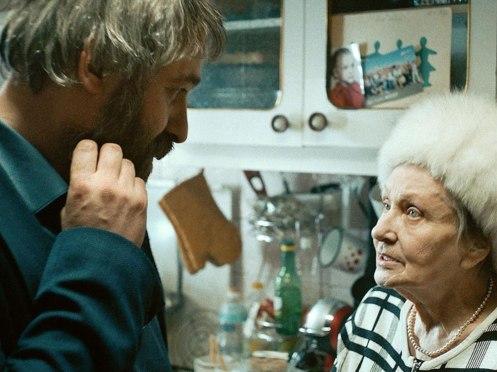 Manu Zapata_El cine (de estreno) fácil de leer_vivazapata.net_SIERANEVADA_El protagonista y la anciana nostálgica del comunismo