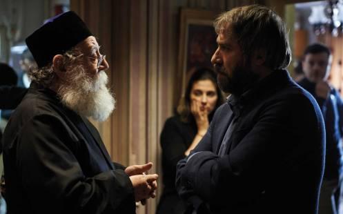 Manu Zapata_El cine (de estreno) fácil de leer_vivazapata.net_SIERANEVADA_el sacerdote ortodoxo llega a la casa