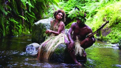 Manu Zapata_El cine (de estreno) fácil de leer_vivazapata.net_TANNA_Los dos protagonistas sobre una roca