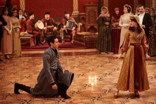 Manu Zapata_El cine (de estreno) fácil de leer_vivazapata.net_ALI & NINO_Adam Bakri y María Valverde bailando