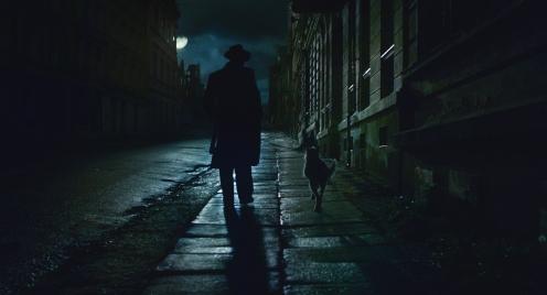 Manu Zapata_El cine (de estreno) fácil de leer_vivazapata.net_BYE BYE GERMANY_Moritz Bleibtreu y el perro de tres patas, noche