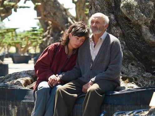 Manu Zapata_El cine (de estreno) fácil de leer_vivazapata.net_EL OLIVO_Alma con su abuelo de mayor