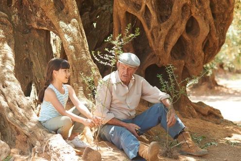 Manu Zapata_El cine (de estreno) fácil de leer_vivazapata.net_EL OLIVO_Alma y su abuelo con los esquejes