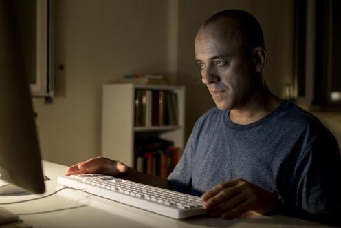 Manu Zapata_El cine (de estreno) fácil de leer_vivazapata.net_EL AUTOR_Javier Gutiérrez al teclado