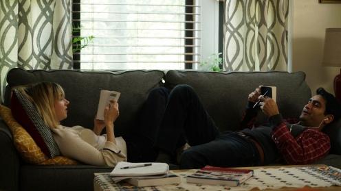 Manu Zapata_El cine (de estreno) fácil de leer_vivazapata.net_LA GRAN ENFERMEDAD DEL AMOR (THE BIG SICK)_Zoe Kazan y Kumail Nanjiani en el sofá