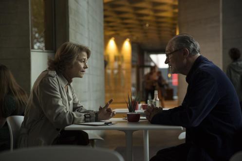 Manu Zapata_El cine (de estreno) fácil de leer_vivazapata.net_EL SENTIDO DE UN FINAL_Jimi Broaddent y charlotte Rampling restaurante