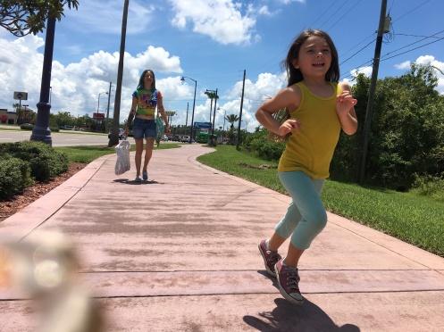 Manu Zapata_El cine (de estreno) fácil de leer_vivazapata.net_THE FLORIDA PROJECT_Bria Vinaite y Brooklynn Prince corriendo
